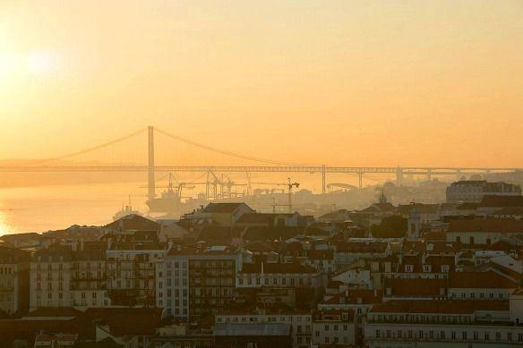 Lissabon (Portugal): Zeit zu zweit - via Travel on Toast 14.02.2015 | Ob herrliche Plätze, prächtige Bauten oder verwinkelten Gassen, Lissabon eignet sich hervorragend, um zu Fuß erkundet zu werden. Neben grandiosen Bauwerken ist die Stadt am Wasser gebaut und bietet tolle Ausflugsmöglichkeiten am Flussufer. Dabei ist zu beachten dass Lissabon – ebenso wie Rom – auf sieben Hügel erbaut wurde.