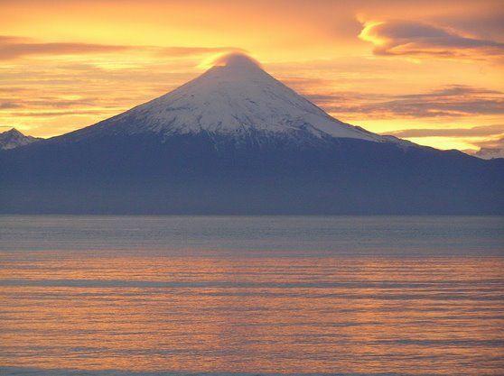 Volcán Osorno al amanecer, Frutillar, Región de Los Lagos, Chile.