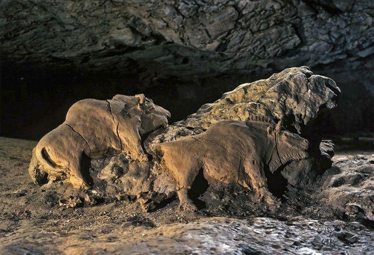 tuc d'audoubert - jedyny orzykład glinianej rzeźby, ok. 60cm dł, 30-40cm wys. gliniane bizony. nie tyle ulepione ile wycięte z gliny zalegającej na podłożu. taka tafla oparta o skałę. 2 bizony, być może mające się ku sobie. przed nimi odciski stop dorosłych i młodzieży. okres MAGDALEŃSKI