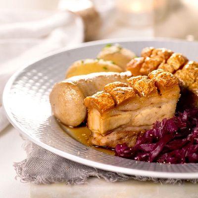 Blåpotetchips og rødkålsalat er spennende, friskt og fargerikt tilbehør.