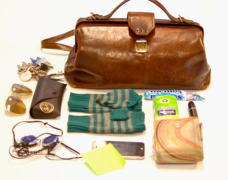 DIXIE COMPETITION / Here is Kate's bag, the Boozt.com blogger. Here you can see her bag and everything she carrys! Looks like Kate is in need of a new bag. This vintage docktors bag has had its day! So get your entries in now and beat our blogger. We know you guys can take a better photo, good luck!