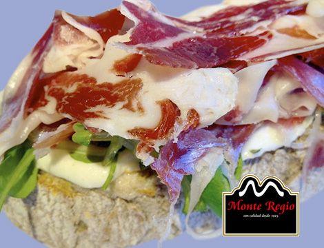 Tosta de jamón ibérico #MonteRegio con mozzarella, tomate, canónigos y orégano ¡Buenos días!