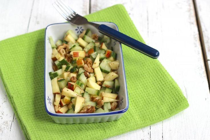 We hebben een hele lekkere zomerse salade met appel, komkommer en walnoot…