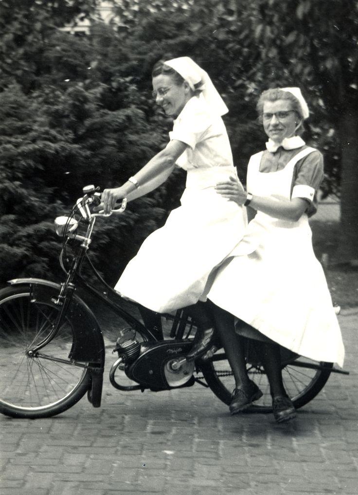 Zuster Lammie Bulder achter op de fiets bij zuster Henny Heeringa in 1954 bij het Diaconessenhuis in Eindhoven #nurse #nurses #verpleegkundige