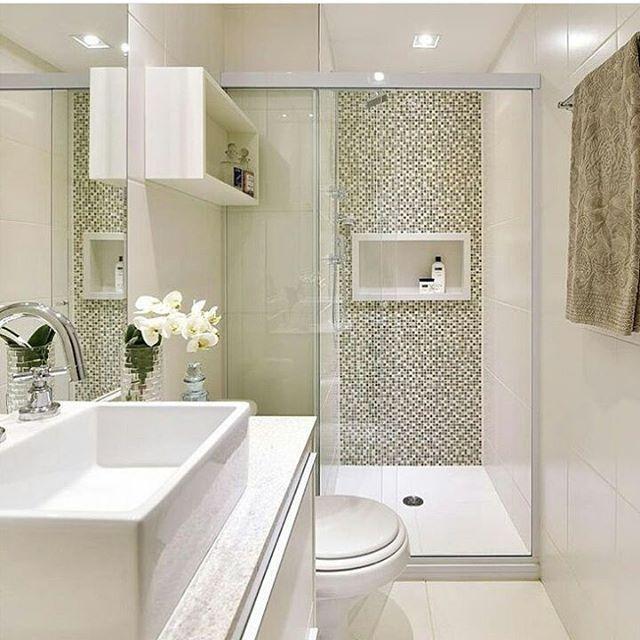 Nicho embutido na parede economiza muito espaço em banheiros pequenos