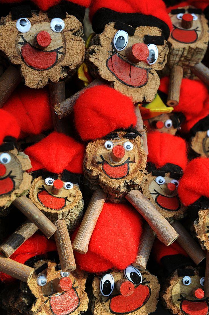 """Kotona lapset ruokkivat Tiójaan (""""setiään"""") koko joulukuun ajan, jouluaattoon asti. Silloin kaivetaan kepit esiin. Tiója paukutetaan selkään ja kylkiin, laulun säestämänä, niin kauan, että ne kakkivat sisuksistaan karkit ja muut pikkulahjat.  http://www.exploras.net/uudet-tekstit#/barcelonan-kyykkivt-ukot-ja-jouluhalot/"""