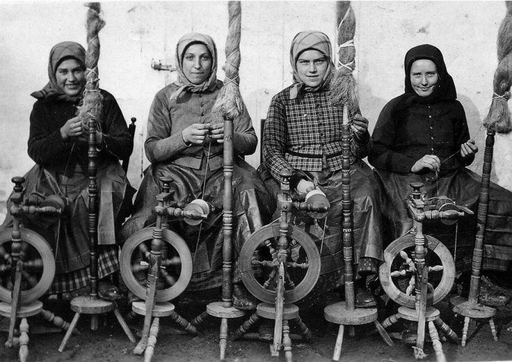 1920-as évek végén készült a kép. Az asszonyok szerettek együtt dolgozni, csoportban, így mindig nyílt alkalom arra, hogy a legfrissebb híreket kibeszélhessék, megvitathassák.