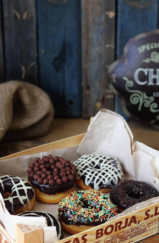 (Donas a detalle decoradas) ...¡Bellas! http://kanelaylimon.blogspot.com.es/2012/02/donuts-gema-reto-6-del-facebook.html