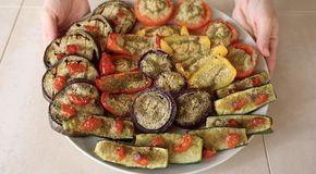 Verdure gratinate al forno, ricetta facile per contorno sfizioso. Un bel piatto estivo e colorato con zucchine, melanzane, pomodori, peperoni e cipolla.