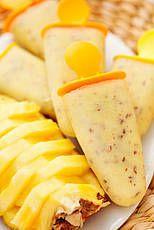 Ananasijs,simpel te maken en bevat alleen ananas en munt.http://www.puurgezond.nl/homemade/homemade/article/ananasijs/