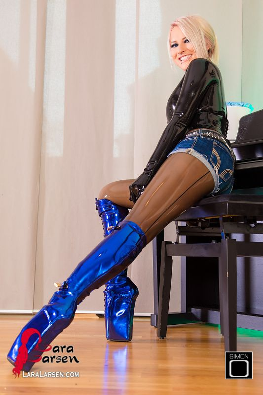 Latex Pics in Blue Ballet Heels with Lara Larsen: Now come the days when I'm home much more often. A rainy and cold day just does not invite.
