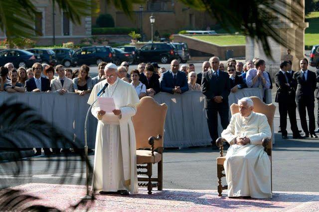 Capturador de Imágenes: El papa Emérito Benedicto XVI junto al papa Francisco, hoy viernes 5 de julio