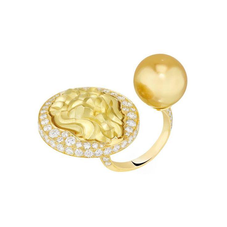 ДРАГОЦЕННЫЙ МИР Ах, какая красота! Солнечный, словно сияющий, диск и, в противовес ему, чистая, словно совершенно обнаженная, жемчужина. Не могу удержаться от эмоций. Контрасты всегда удивляют.  CHANEL. LION TALISMAN  Желтое золото, золотой культивированный жемчуг, белые бриллианты