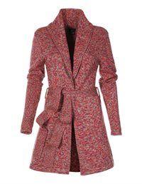 Heel mooi op rode kokerrokje en rode jurk, als het koud is. Doe er grijze laarzen bij aan, eventueel aubergine laarzen.