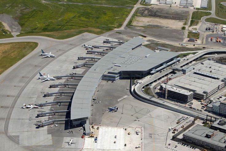James Armstrong Richardson International Airport. July 3, 2012  (BORIS MINKEVICH / WINNIPEG FREE PRESS)