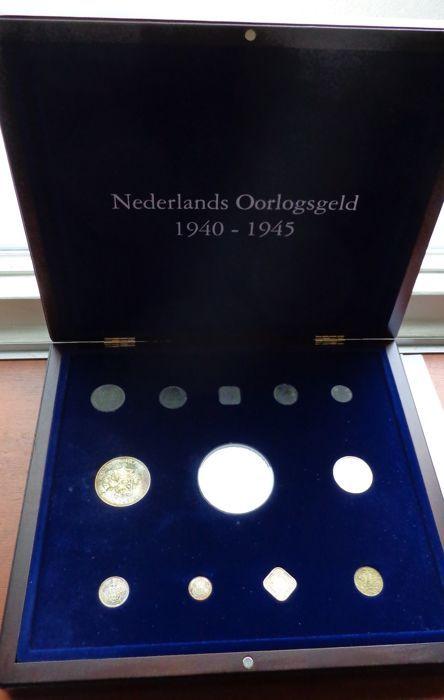 Nederland - 1 cent t/m 2 gulden 1940/1945 'Nederlands Oorlogsgeld' (12 verschillende) incl. zilveren penning in cassette  Nederland 1 cent t/m 2 gulden 1940/1945 'Nederlands Oorlogsgeld' (totaal 12 stuks) incl. zilveren penning in cassette In deze set bevinden zich o.a. zilveren munten die geslagen zijn in Nederland tijdens de bezetting en munten die geslagen zijn in Amerika ter voorbereiding op de bevrijding en tevens een herdenkingsuitgifte van 50 gram in .925 zilver. Wordt geleverd in…