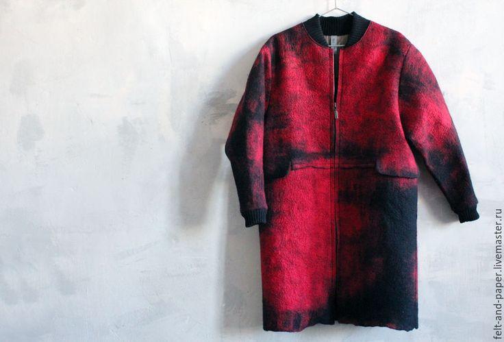 Купить Красное пальто из ручного войлока PolarPilot - ярко-красный, абстрактный, красное пальто
