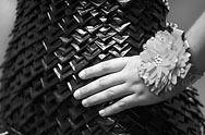 Una adolescente de Kansas se ganó un puesto como finalista en una competencia nacional de diseño gracias a un vestido para graduación hecho totalmente con la cinta adhesiva gris que se usa comúnmente en fontanería. Brooke Wallace, de 17 años, de Solomon, invirtió más de...