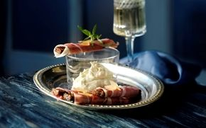 Blue dip med ingefær og ristet rugbrød Sprøde rugbrødssticks med lufttørret skinke til en cremet ostedip.