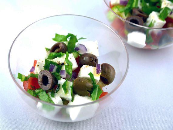 """L'insalata greca in versione monoporzione per un assaggio di gusto in esclusiva per Melarossa dal blog """"La via delle spezie"""" - Solo 107 calorie a bicchierino! #fingerfood"""