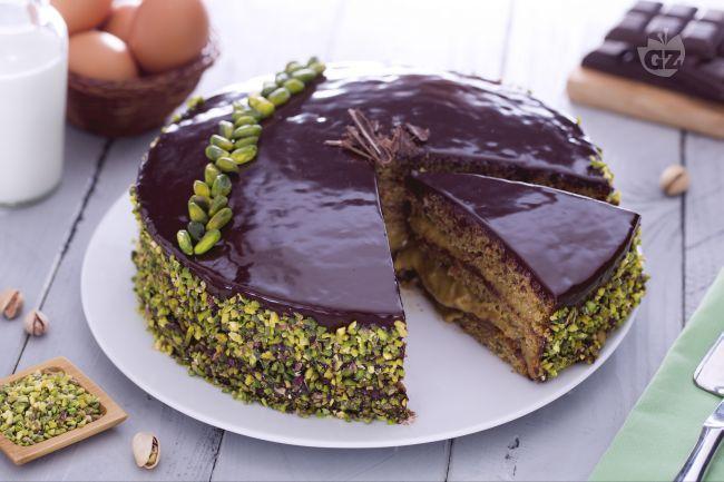 La torta al pistacchio è il dolce delle occasioni speciali,  elegante e maestosa incanterà tutti una volta servita in tavola.