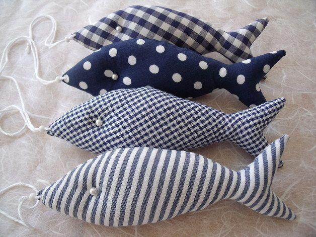 Frisch gefangen.....  ....4 Deko-Fische in blau/weiß....  ....wunderschöne Deko im Bad, Kinderzimmer, am Fenster, an der Türe oder als Tisch-Deko beim nächsten Sommerfest.  Diese 4 Deko-Fische sind...