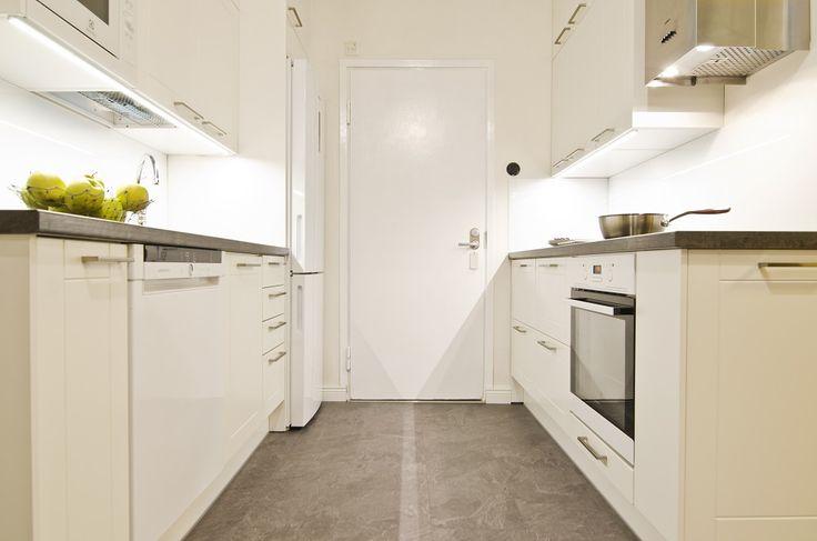 Ovet: Roma valkoinen mdf ja tasoina tummakelo laminaatti.