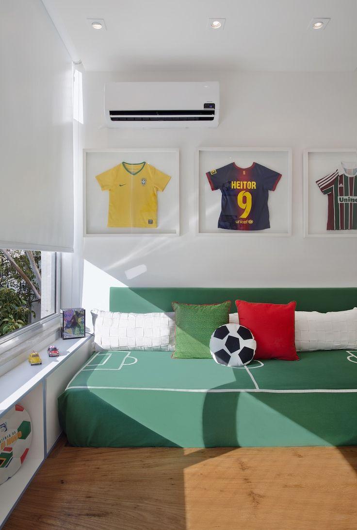 """Heitor, 8 anos, louco por futebol. O rapaz ganhou um quarto temático, com suas camisas """"enquadradas"""". Projeto da EGG INTERIORES com enxoval de NINA MORAES."""