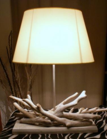 LAMPE EN BOIS FLOTTÉ.