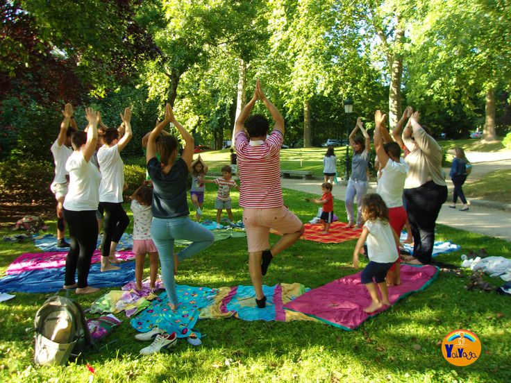 Yoga en familia en el parque de Castrelos. #yoga #yogainnature #familyyoga #posturadelárbol