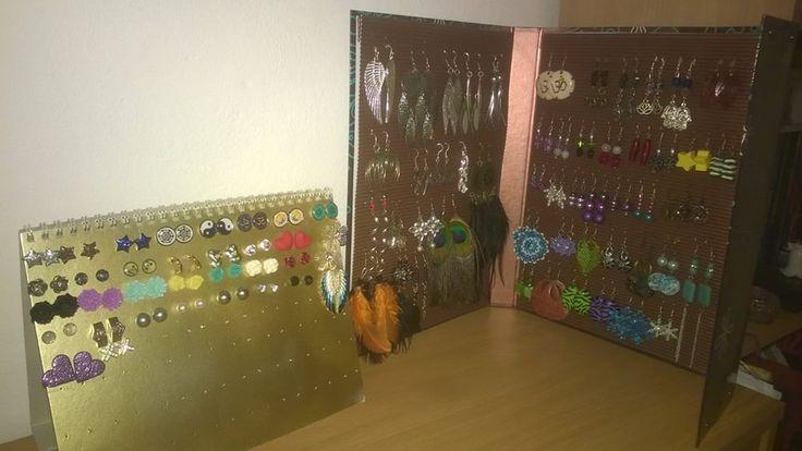 Stojánky na náušnice ze starého kalendáře a školních desek :)