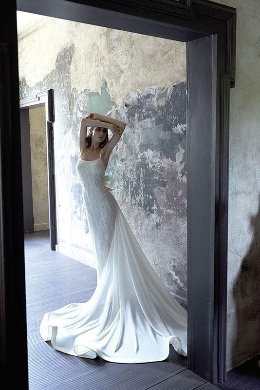 Collezione Signature 2014 - Elisabetta Polignano: linea aderente con gonna che si allarga sul fondo, creando un vortice di emozioni #wedding #weddingdress #weddinggown #abitodasposa