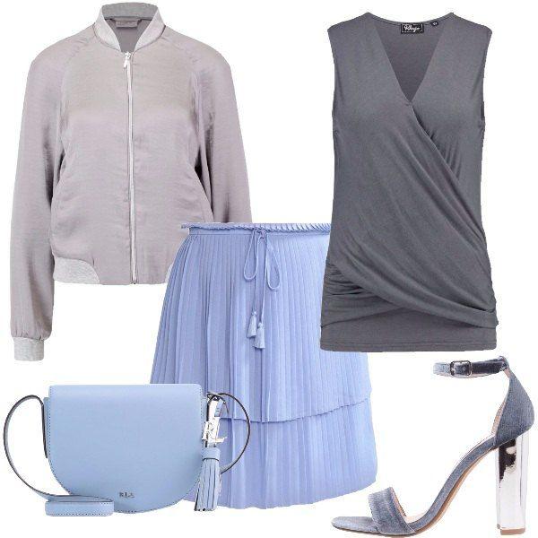 Outfit composto da gonna plissé con balze e coulisse, top grigio con incrocio sul davanti, bomber grigio, sandali in velluto grigi e tracolla in pelle celeste.