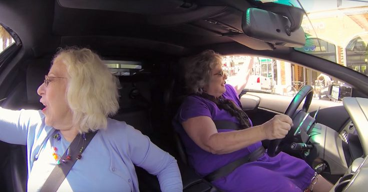 El video de dos abuelas conduciendo un Lamborghini por las calles de Los Ángeles se hizo viral, por llamar fuertemente la atención entre los transeúntes
