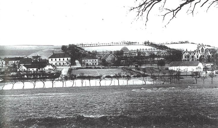 Staré Dejvice v okolí Hadovky (vpravo novogotická usedlost). Středem snímku prochází budoucí Evropská třída.