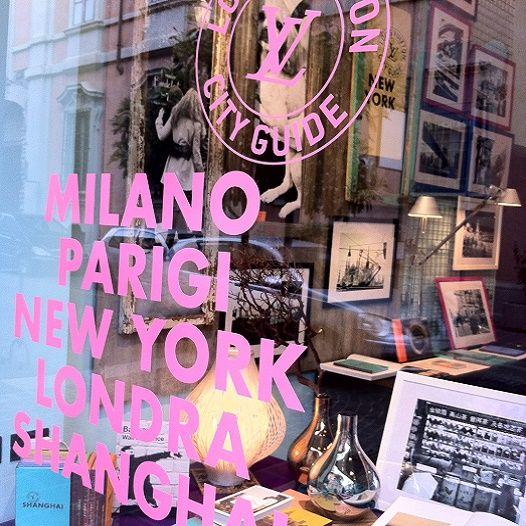25 aprile - 3 MAGGIO alla #LibreriadelSole di Lodi MILANO-PARIGI-LONDRA-NEWYORK-SHANGAI, l'anima unica di città diverse nell'installazione fotografica di Tendance Flou per L.V. CITY GUIDE #LibreriadelSole #libreriadelsoledilodi #TendanceFlou #LUISVUITTONCITYGUIDE #MILANO #LODI #PARIGI #NEWYORK #SHANGAI