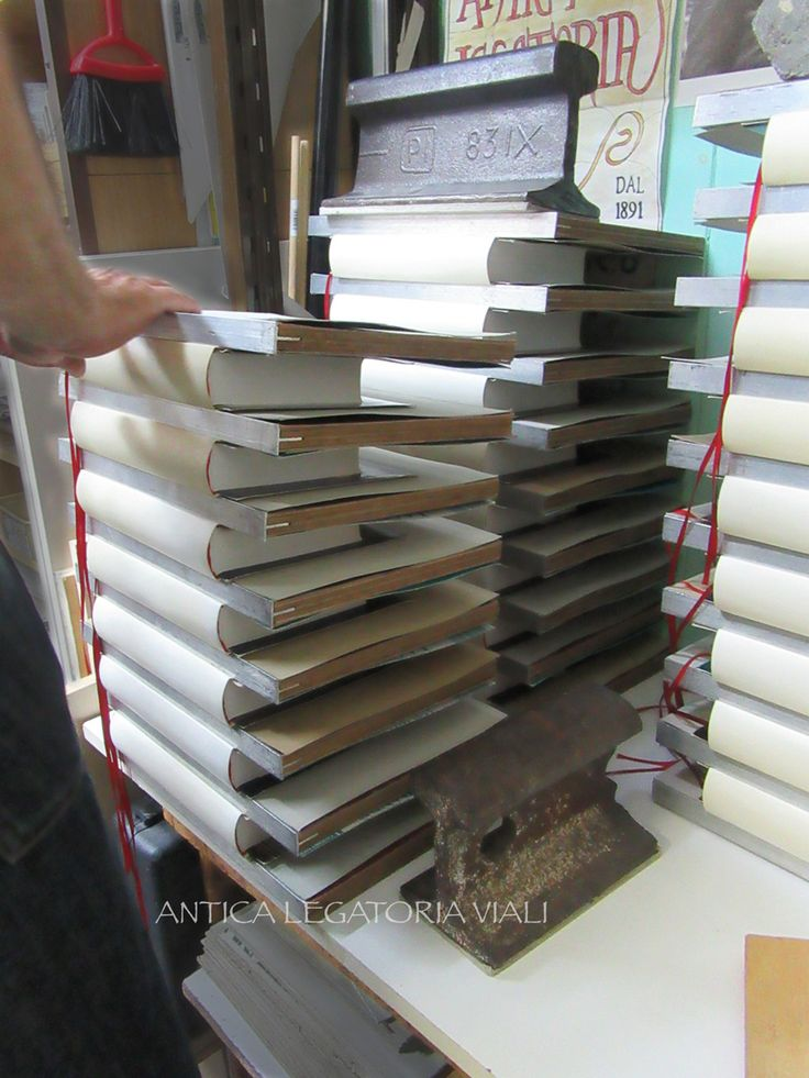 I volumi con le copertine rimangono sotto peso.  #legatoria #legatoriaviali #viterbo #rilegature #bookbinding #bookbinder #rilegatura #artisan #artigianato #artigiano #italy #italia #rilegare #libri #books #ArtigianatoArtistico #rilegatore #orvieto #roma #tuscia #reliure #restauro #restaurolibri #escher