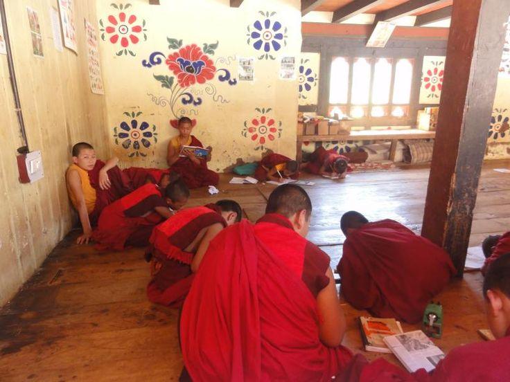 W Chimi Lhakhang młodzi mnisi pilnie studiują buddyjskie nauki. Ciekawe, czy któryś pójdzie w ślady Szalonego Mnicha.