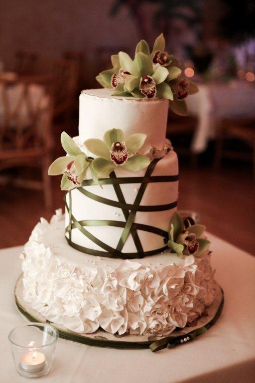 Gateau de Mariage avec froufrou et orchidée naturelle  Gâteaux ...