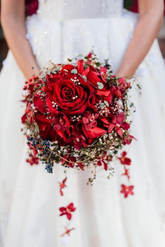 Bouquet de fleurs rouge pour le mariage style Blanche-Neige