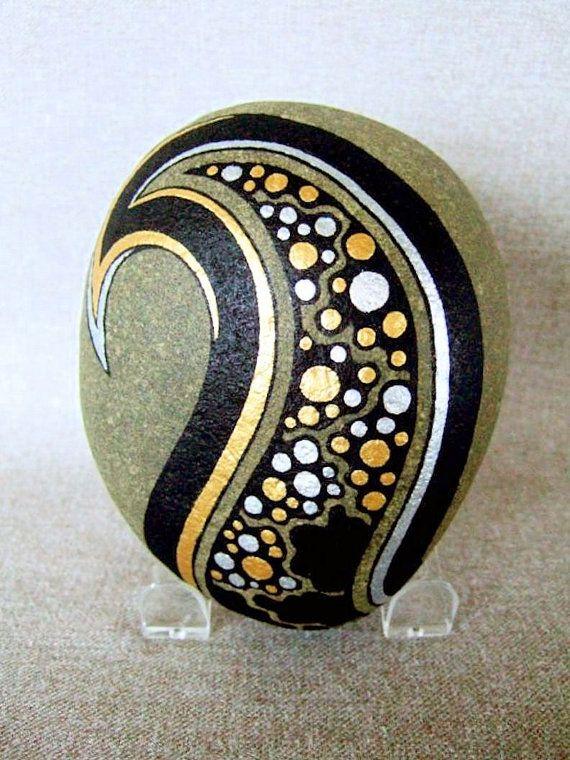 3D Kunstobjekt, einzigartigen handbemalten Rock, signiert, nummerierten, Gold silbernen schwarz, nach Hause oder Büro Dekor, Galaxy Design, Geschenk für ihn oder sie. Sammler Kunst, Gesprächsstoff. Dies ist das perfekte Geschenk für jemanden, der alles hat!  Diese Acryl handgemalt Rock, #21 von meinem Galaxy-Serie sieht aus wie Sterne in der Nacht. Es hat einen Matte, schwarzen Hintergrund mit metallic-Gold und Silber Kugeln. Der Stein ist signiert, nummeriert und datiert von mir. Ich mich…