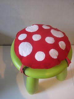 PEEPS: Op een grote paddenstoel, rood met witte stippen !