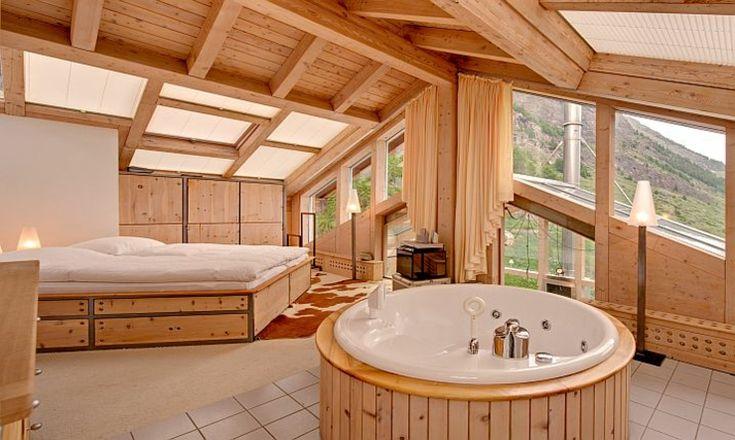 Chambre des maitres toujours en bois mais avec jacuzzi privé