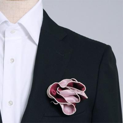 ワインとピンク、どちら色でも使えるシルク100%のリバーシブルポケットチーフ。挿す際の形を作りやすいリング付き。 Pocket handkerchief 100% silk that can be used on both sides (with ring)