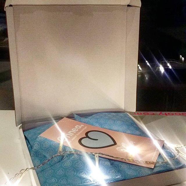 Lahjahipsterit lahjapaketissaan 🎁 Tämä rakkauslahja saapuu kirjepostin mukana suoraan postilaatikkoon -- voit lähettää myös suoraan lahjansaajalle! #customgifts #packaging #xmas 🎅 #flyerdesign by @jannex 🎨 #mewestyle #pimppaameitsinpylly #pimpmybooty 🍑 #ethicalmade 🌱 #kotimainen #madeinfinland ⚪🔵⚪ #lahjahipsterit #lahjabokserit
