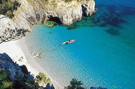 Crozon, France.... les plages tranquilles , paradisiaques . Pas de parasol, ni chaise longue , ni baraque à frites . Ici la nature est jalousement protégée
