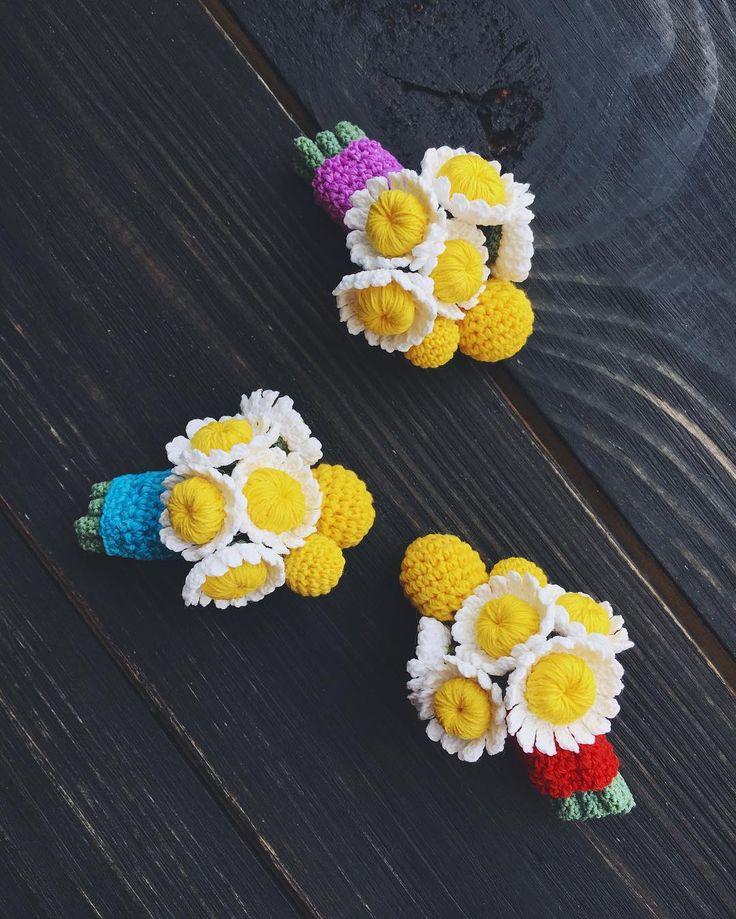 122 отметок «Нравится», 3 комментариев — Броши • Brooches • Crochetando (@crochet_ksunny) в Instagram: «Ромашули и краспедии зацвели уже во всю! 🌼🌼🌼1400р за брошь. Голубая занята. Средняя длина брошей…»