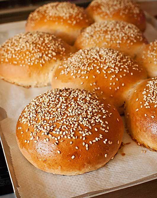 Dentro de nuestra serie de masas básicas de pan hoy traemos el clásico pan de hamburguesa. Las hamburguesas se han convertido en un alimento muy popular que cuando se hace en casa no tiene nada que ver con las hamburguesas compradas, principalmente en calidad. Si además de preparar nuestra propia carne de hamburguesas horneamos nuestros propios panecillos el resultado es sencillamente impresionante. El pan de hamburguesa es normalmente un pan de leche, con este ingrediente en proporción…
