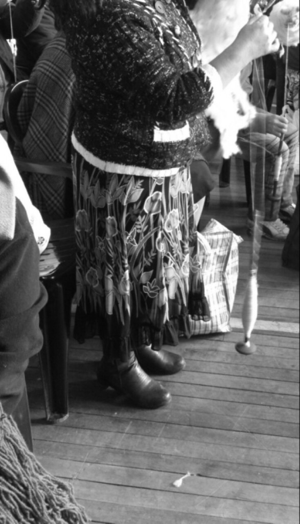Spinning Competition // Foto del día // missionmapuche.org  #mapuche #chile #yarn