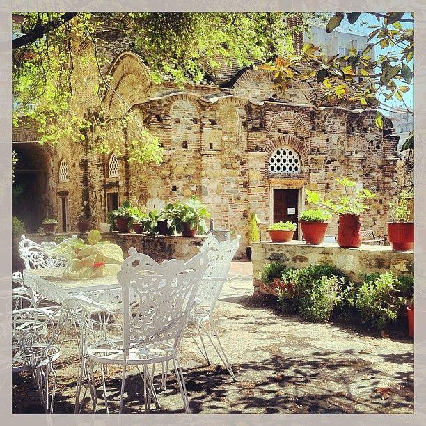 The wonderful backyard of Agios Panteleimonas Church. (Walking Thessaloniki, Route 04 - Galerius)